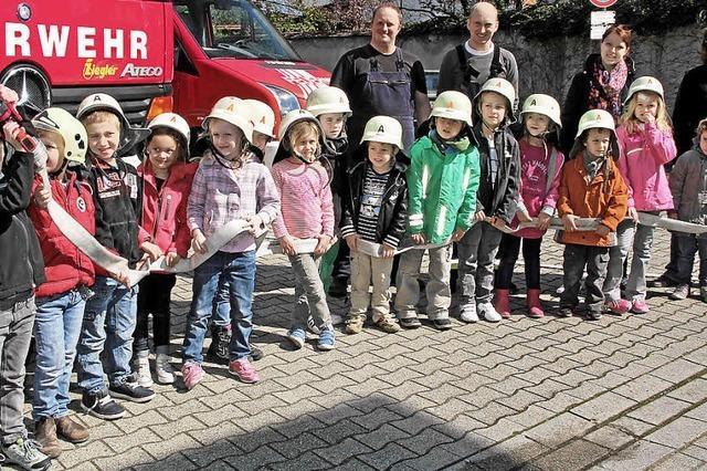 Vorschüler auf Spritztour mit dem Feuerwehrauto