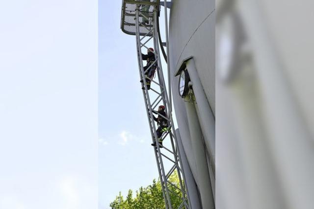 Höhentraining an der Gaskugel - Berufsfeuerwehr übt den Ernstfall