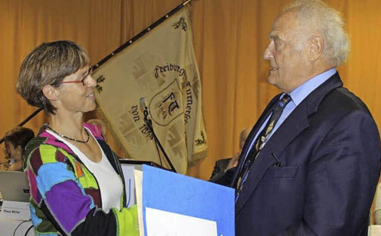 Ehrenpräsident Heinz Mörder übergab de...undheits- und Rehabilitationsbereichs.  | Foto: privat