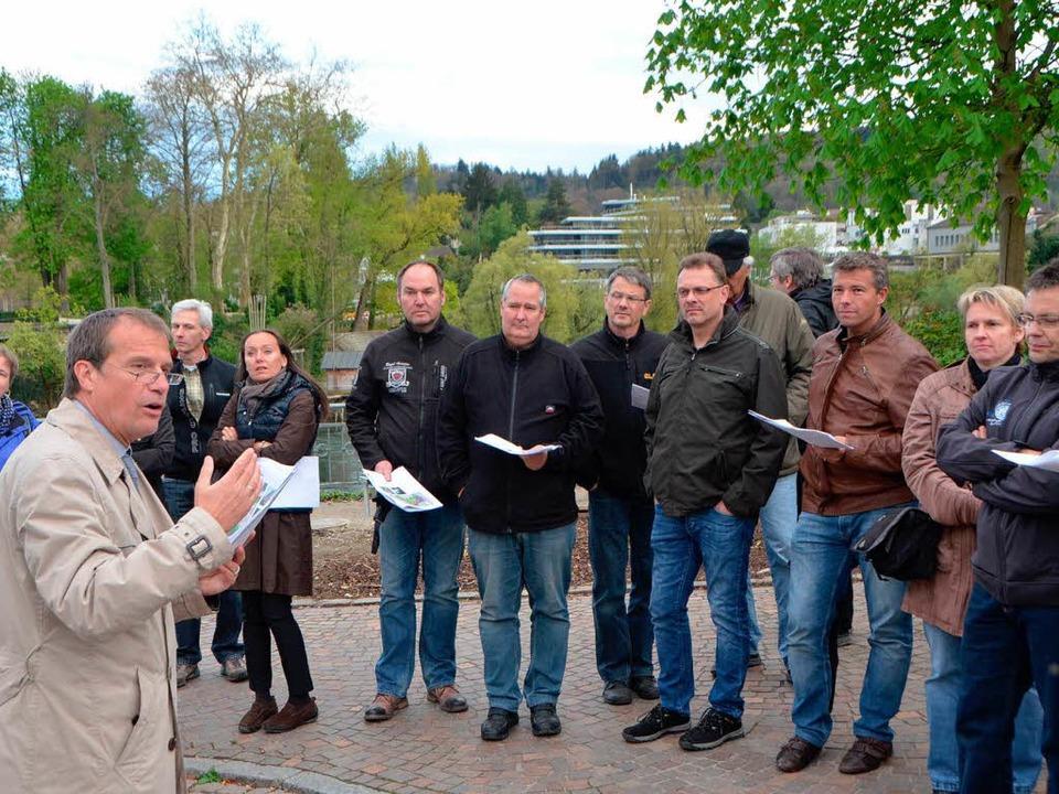 Klaus Eberhardt (links) erklärt beim R...die Probleme bei der Stadtentwicklung.  | Foto: Jannik Schall