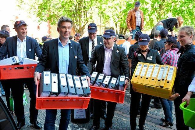 Protest gegen Bettensteuer: Hoteliers laden Aktenberge vor Rathaus ab