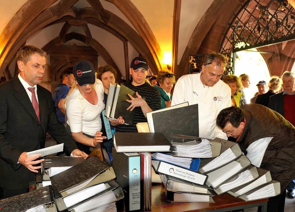 Stadtkämmerer Bernd Nußbaumer (links) ...mt rund 100 Ordner – in Empfang.  | Foto: Rita Eggstein