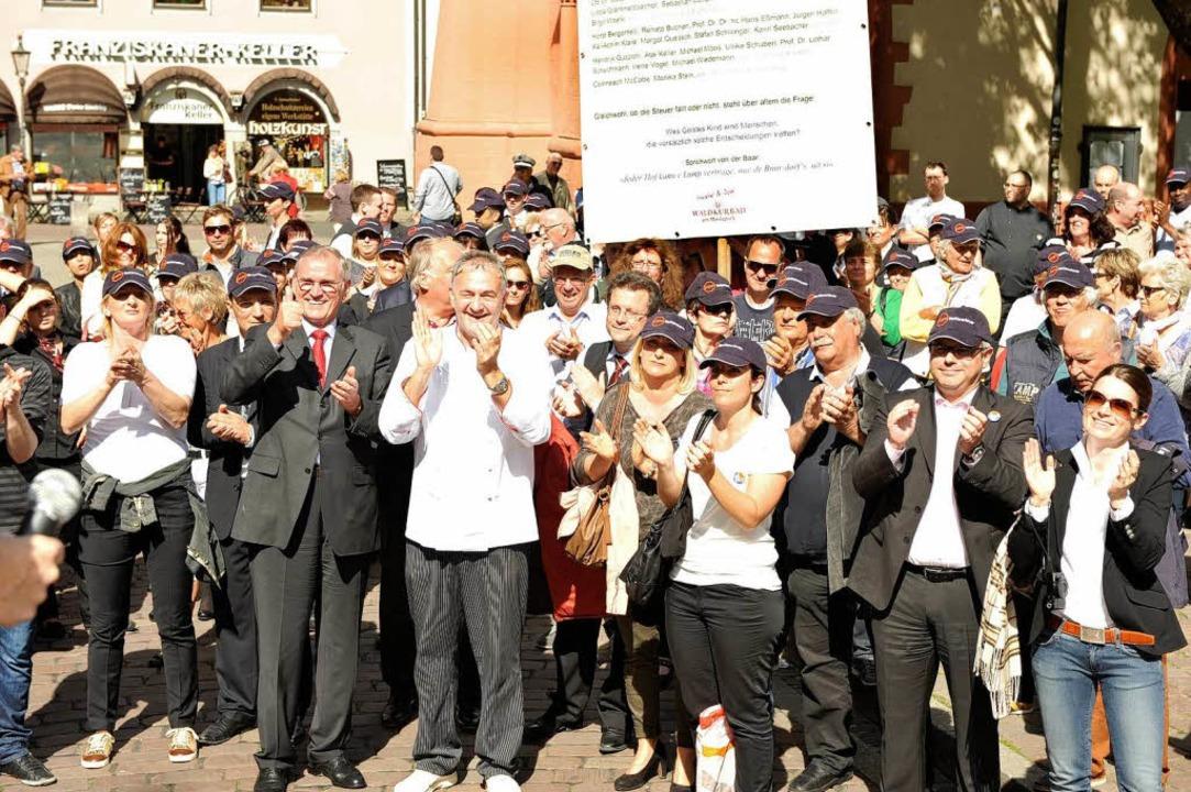 Vor dem Rathaus demonstrierten rund 300 Hotelmitarbeiter und Hoteliers.  | Foto: Rita Eggstein