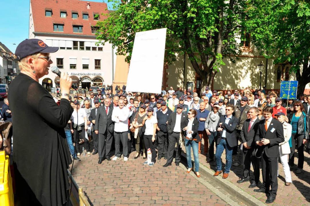 Astrid Späth (links) vom Hotel Victori...erichtlichen Entscheidung auszusetzen.  | Foto: Rita Eggstein