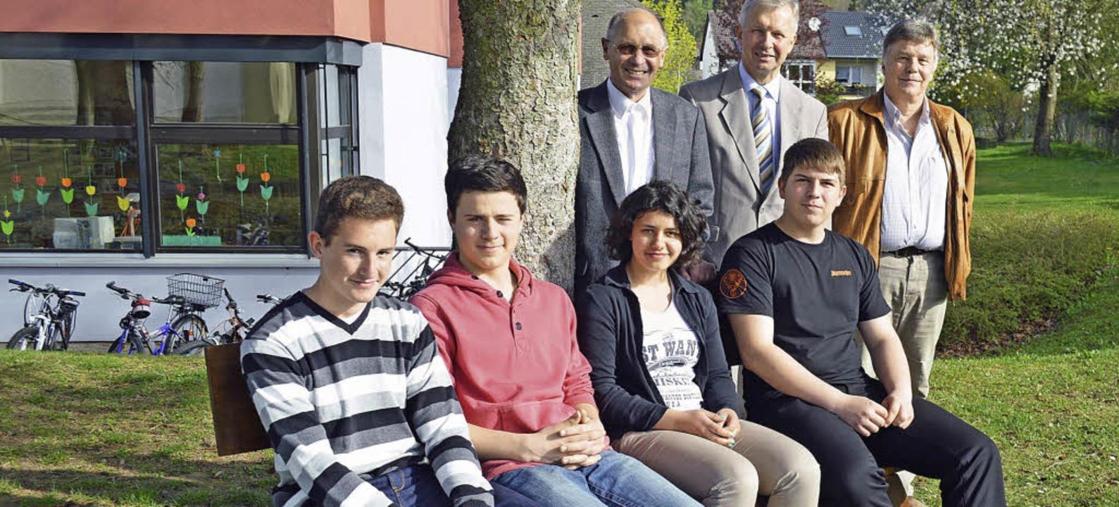 Probesitzen auf ihrer neuen Pausenhof-...gfried Kuster und Lehrer Walter Groß.   | Foto: Gerhard Lück