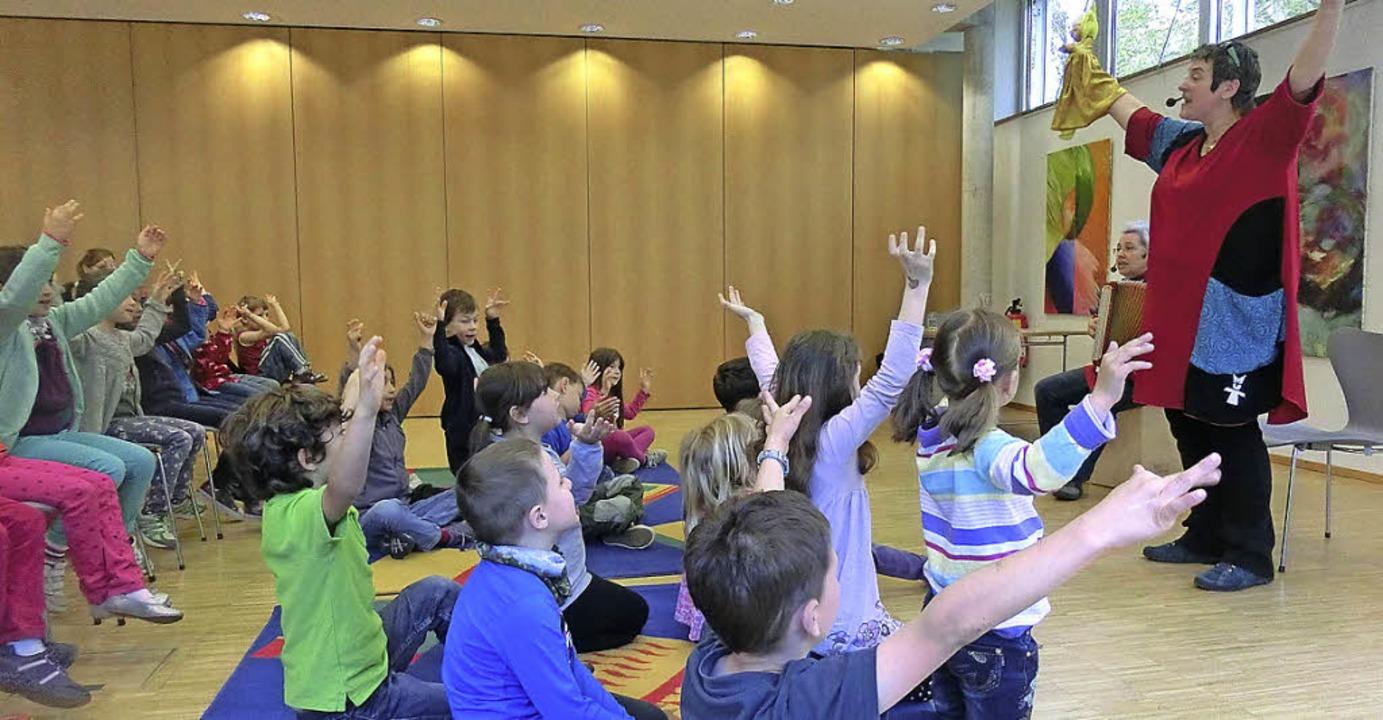 Kinder stark machen, sich für Kinder s...in Derks (mit Akkordeon) mit Schülern.  | Foto: Ehrlich