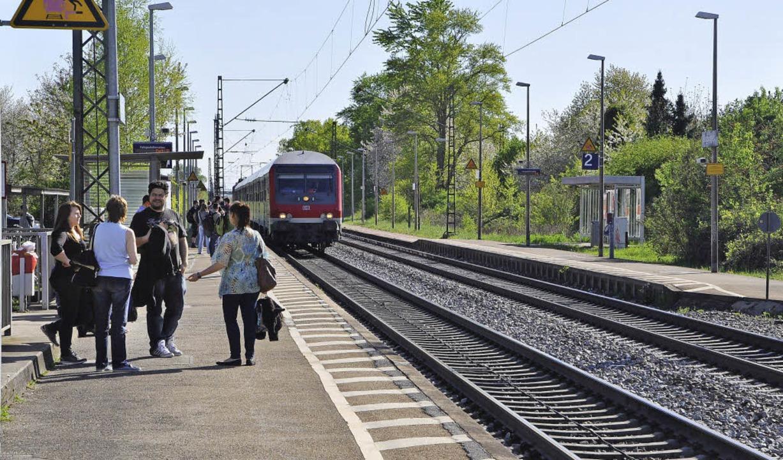 Der Bahnhof in Buggingen: Der Weg über...ist eine lebensgefährliche Abkürzung.   | Foto: Rainer Ruther