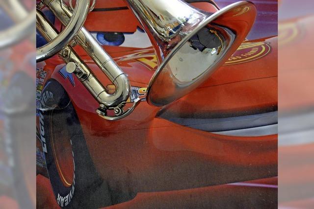 Stadtmusik Lörrach spielt in einem Autohaus