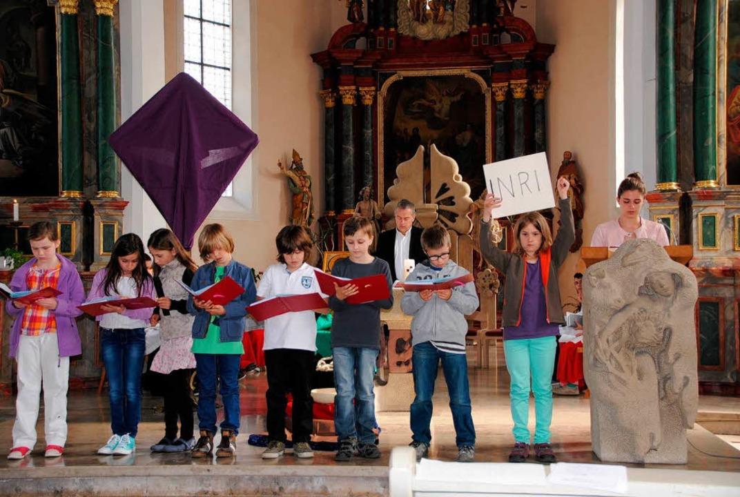 Die Gottenheimer Erstkommunionkinder t...s Passionsgeschehen in der Kirche vor.  | Foto: Manfred Frietsch