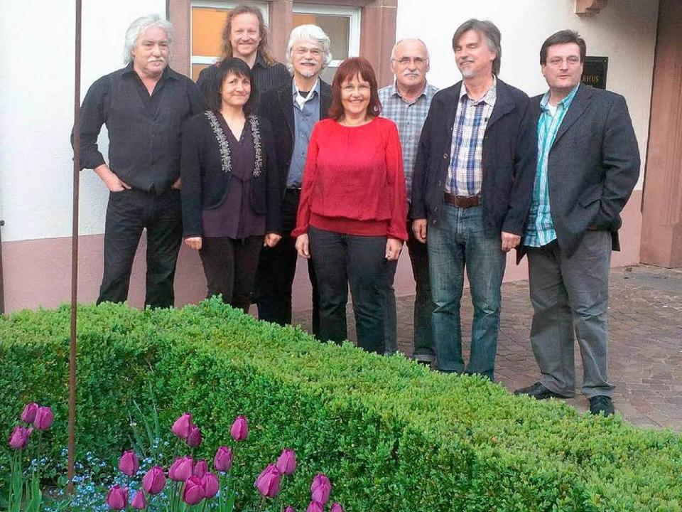 Die Teilnehmer der 26. Internationalen...rt-Werkstatt vor dem Weiler Stapflehus  | Foto: Tonio Paßlick