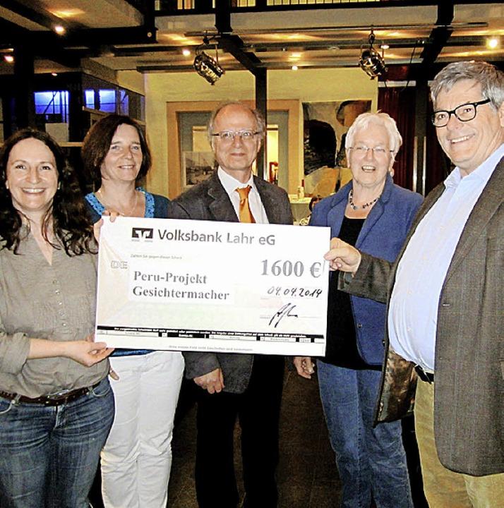 Dankbar nahm Werner Weiß, Koordinator ...lzheim in Höhe von 1600 Euro entgegen.  | Foto: Reiner Merz