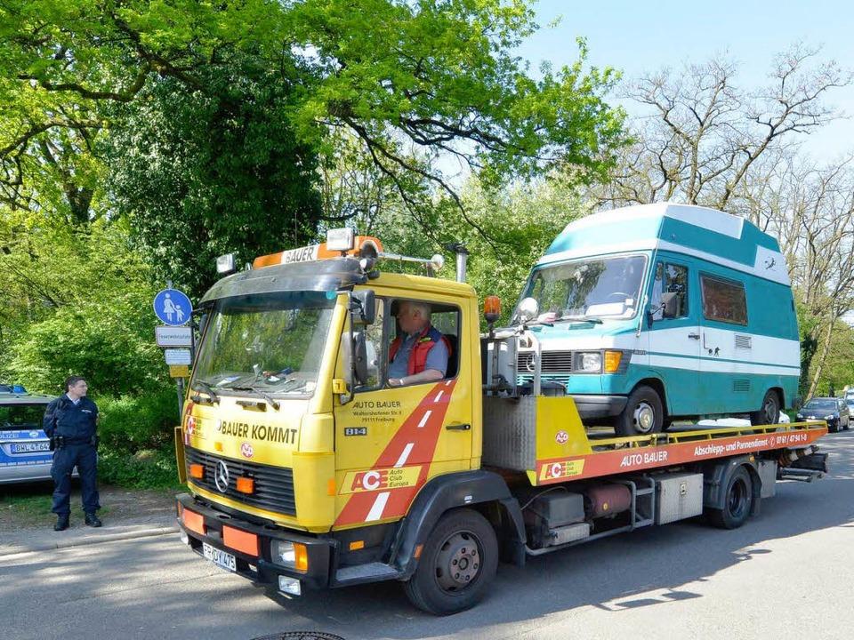 Die Fahrzeuge werden beschlagnahmt und abtransportiert.    Foto: Michael Bamberger
