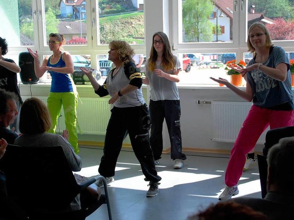 Eine Zumba-Aufführung  gehörte mit zum Rahmenprogramm.  | Foto: Edgar Steinfelder
