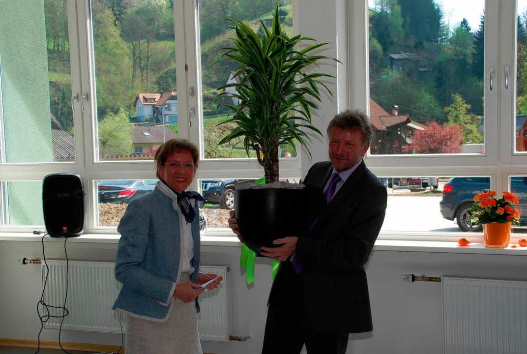 Eine Palme für die neuen Räume brachte Landrätin Marion Dammann mit.  | Foto: Edgar Steinfelder