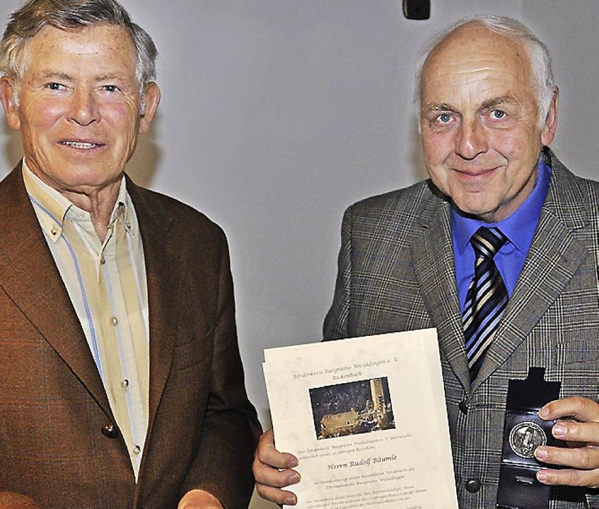 Rudolf Bäumle (rechts) bekam vom Vorsi...s Förderkreises und eine Ehrenurkunde.  | Foto: Kirsten Lux