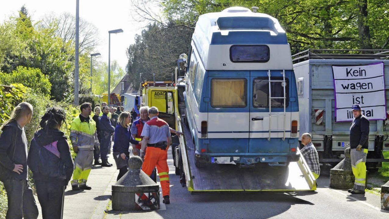 Drei Abschleppunternehmen verluden im ...der Stadt die Fahrzeuge der Wagenburg.  | Foto: michael bamberger