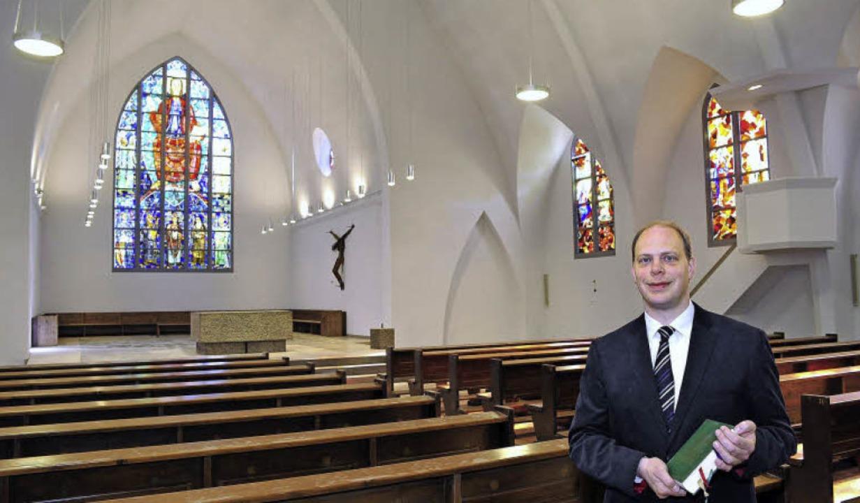 Neue Farbe, neues Licht: Der Innenraum...d, wie Pfarrer Frank Prestel vorführt.  | Foto: Thomas Kunz