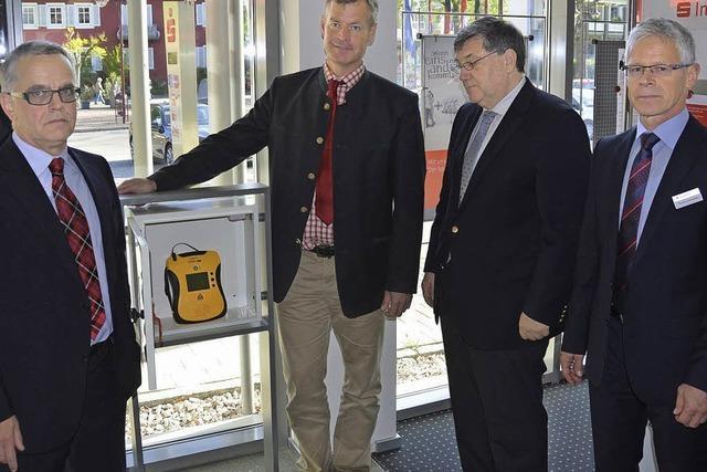 Jetzt steht auch in der Sparkasse ein Defibrillator