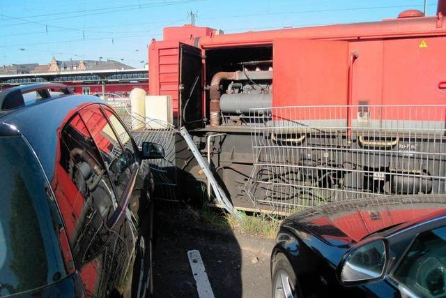 Rangierlok entgleist im Offenburger Bahnhof und beschädigt drei Autos