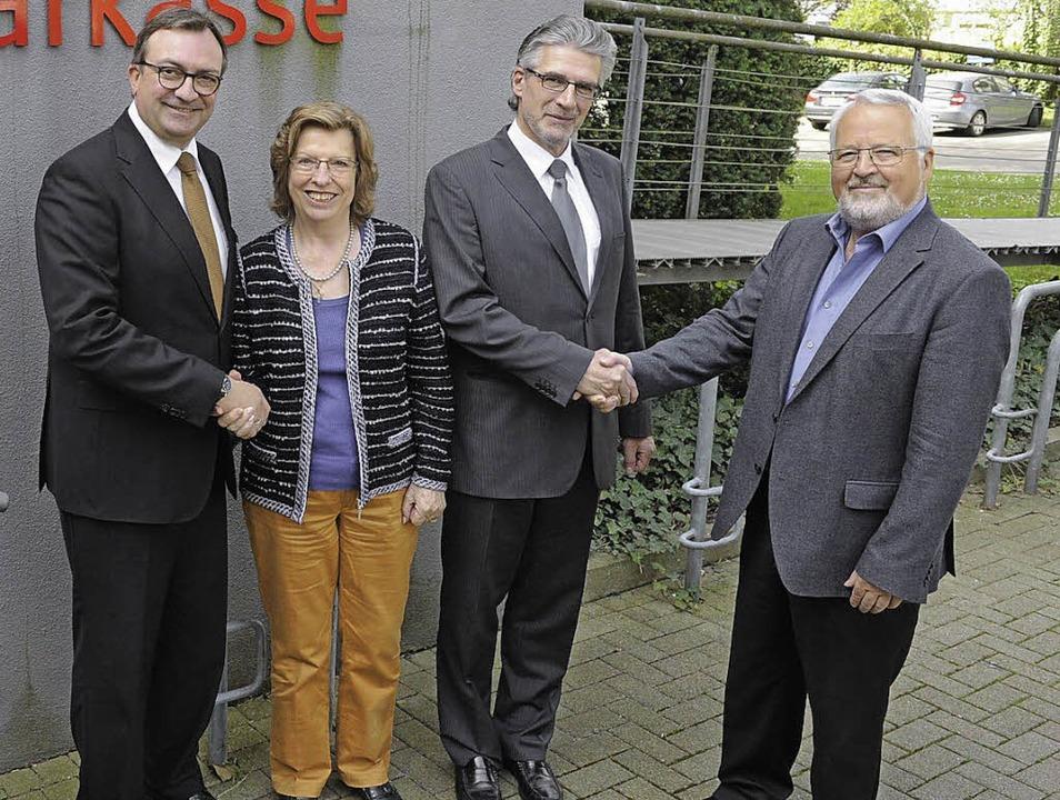 Sparkassendirektor Ulrich Feuerstein, ... reichen sich zur Kooperation die Hand  | Foto: Münch