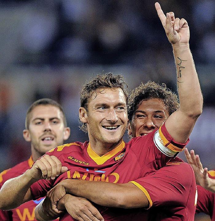 Wer ist hier der Größte? Francesco Totti (Mitte) natürlich!     Foto: dpa