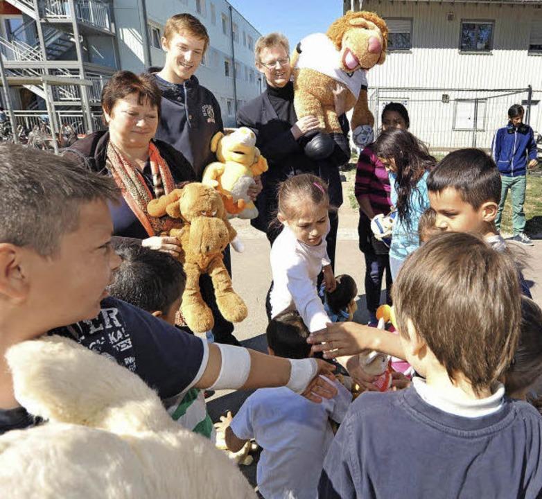 Stofftiere für alle: Regina Steimer, J...hbach bei der Übergabe an die Kinder.   | Foto: Rita Eggstein