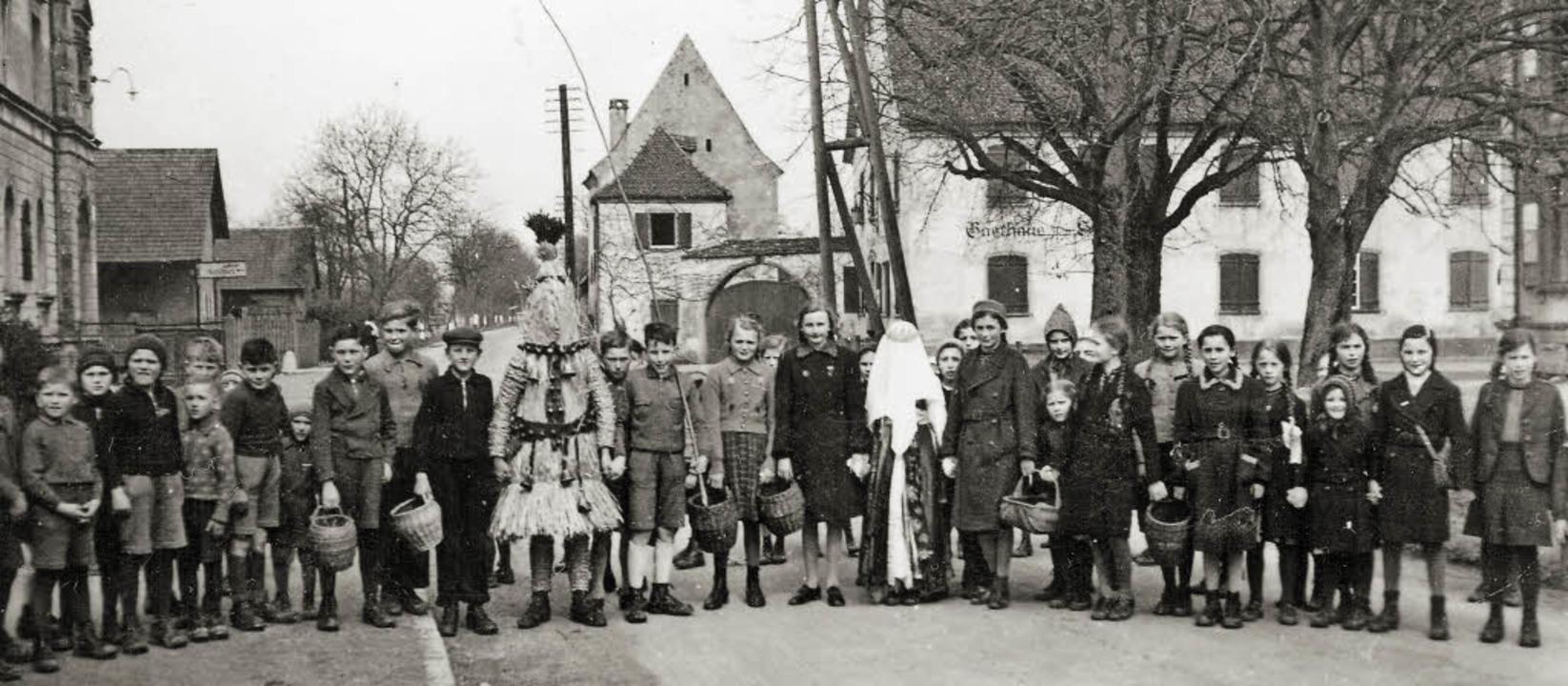 Vorfahrt für den Hisgier: 1942 konnten...en Reichsstraße 3 fürs Foto posieren.   | Foto: privat (2)/Pfefferle
