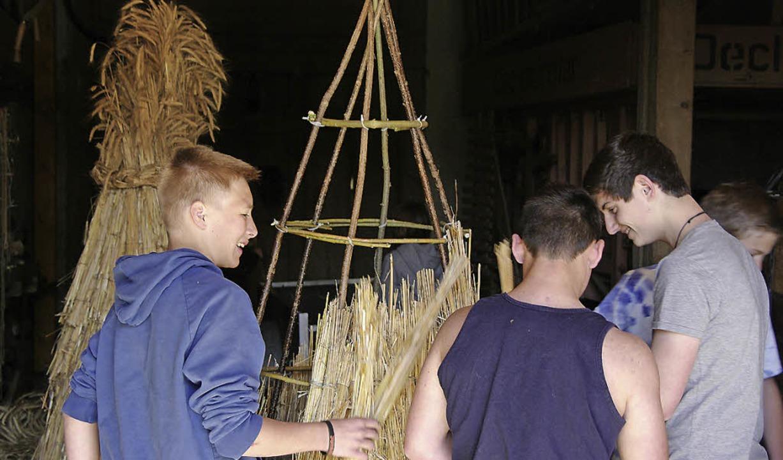 Lust auf Tradition: Bugginger  Jugendliche binden den Hisgier zusammen.  | Foto: Martin Pfefferle