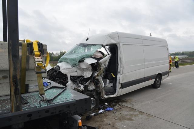 Transporter rast auf Stauende bei Weil am Rhein- Fahrer verstirbt am Unfallort