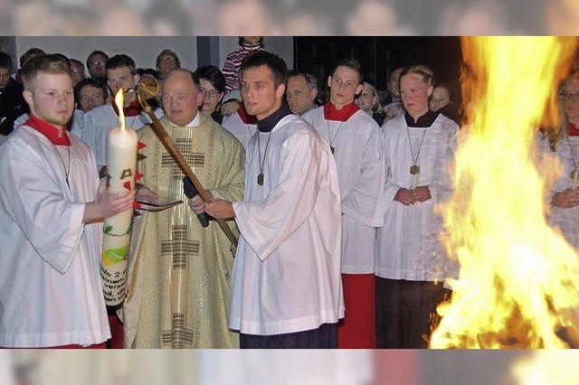 Bunte Kerze als Symbol der Hoffnung entzündet