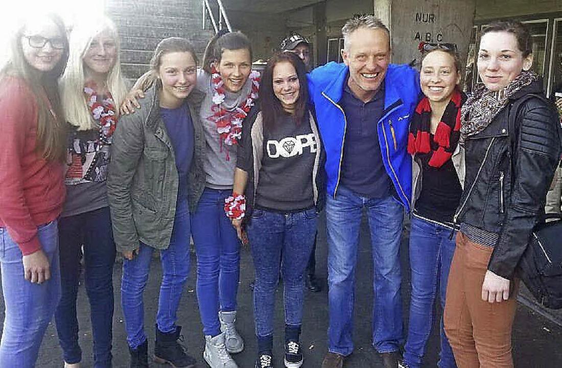B-Juniorinnen des TuS Maulburg mit Chr...ich, Trainer des Sportclubs Freiburg.     Foto: Privat