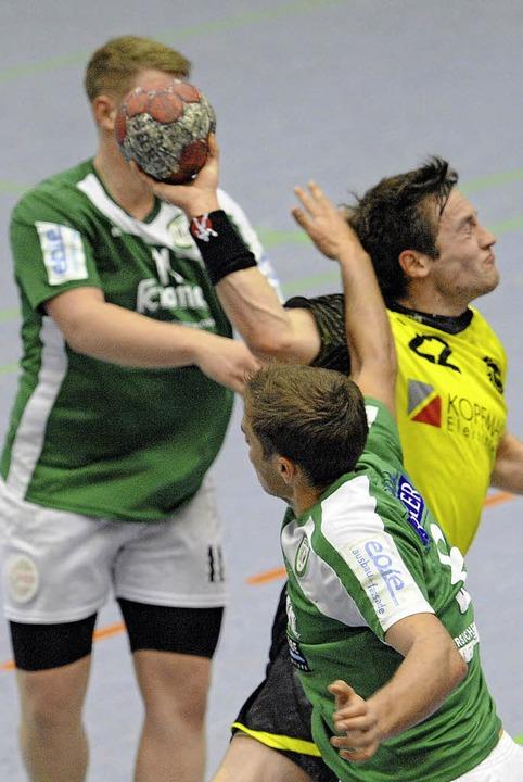 Oft zu spät dran waren die Abwehrspiel... Hofweier im Pokalfinale in Teningen.   | Foto: Achim Keller