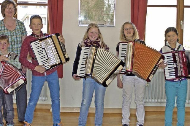 Junge Harmonikaspieler treten auf