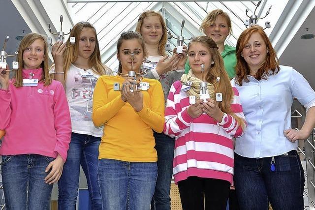 Mädchen erkunden technische Berufe