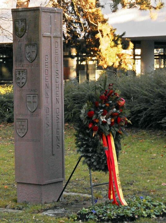 Die Stele für die Heimatvertriebenen d... dem Lörracher Rathaus im Sarasinweg.   | Foto: Daniel Scholaster