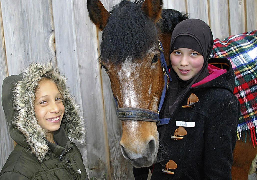 Emina (Bild links, links) und Merijama...eiten muss jedes Pferd geputzt werden.  | Foto: Danielle Hirschberger