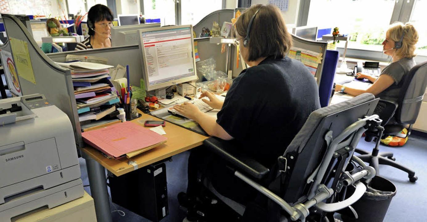 Eine Frau mit Behinderung arbeitet in ...sie selbst für Hilfe ausgeben sollen.   | Foto: dpa