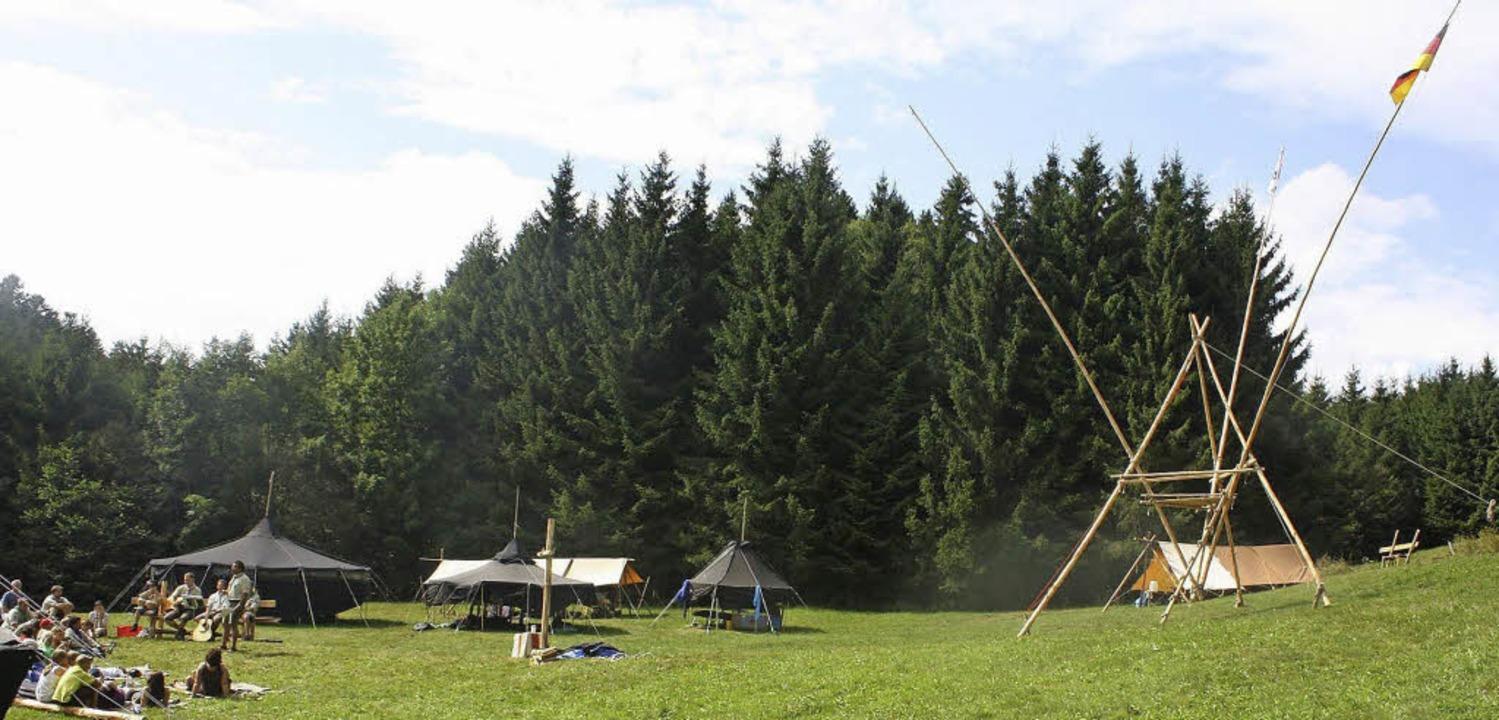 Schwarze Zelte und Bannermasten, die i... die Zeltlager der Wehrer Pfadfinder.     Foto: Lena Biehler