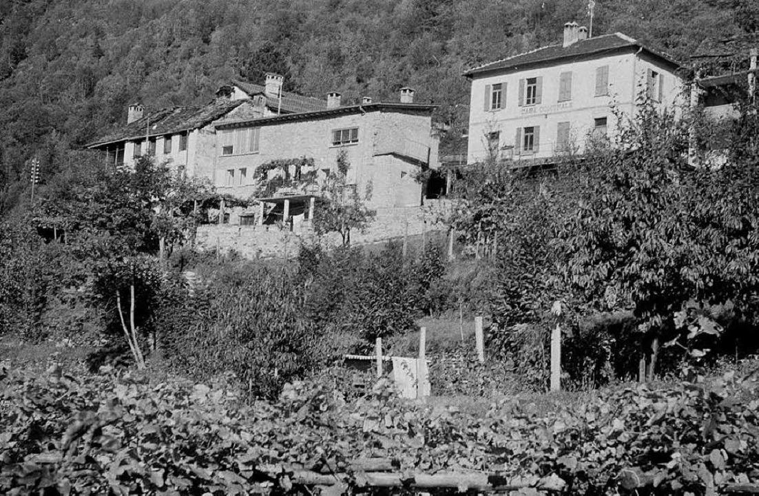 In der Abgeschiedenheit suchte er  gei...iheit: Andersch-Haus (l.) in Berzona    | Foto: Annette Korolnik-Andersch