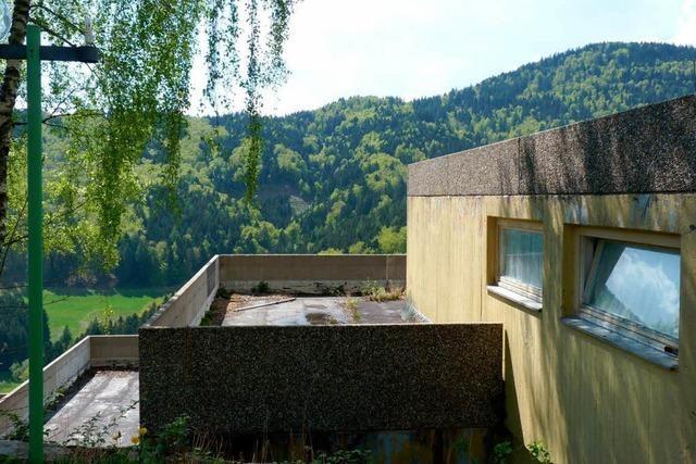 Spottpreis für verwaiste Bettenburg im Kleinen Wiesental