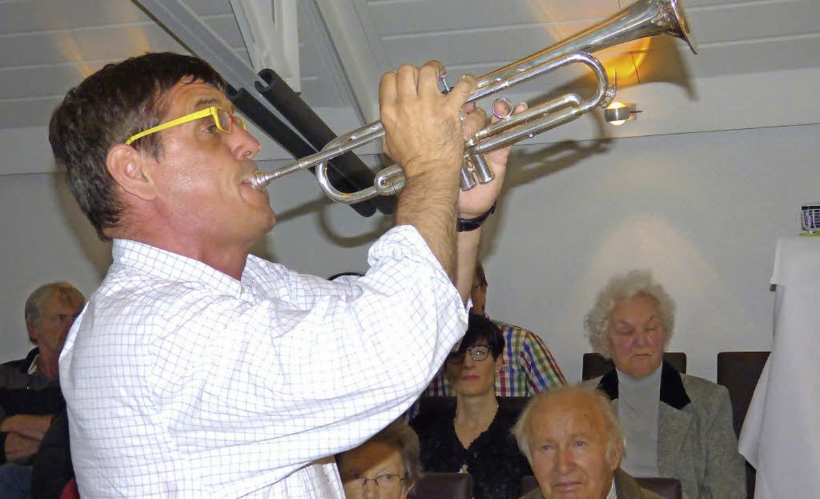 Mundartkünstler  Helmut Dold  beim alemannischen Mundartabend in Kenzingen  | Foto: Simon Tenz