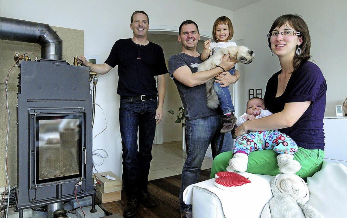 Familie Krause mit Energieberater Jörg Maurer (links) in ihrem Wohnzimmer    | Foto: Wolfgang Künstle