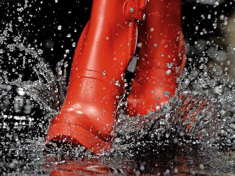 Nasse Füße will sich  bei einem Hochwa...er gibt es unterschiedliche Meinungen.  | Foto: AFP