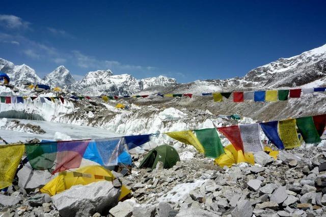 Klischees, Drohungen und Geschäft am Everest