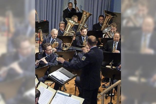 Einheimische Musiker lauschen in Scharen