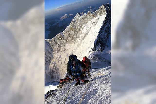 Nepalesische Sherpas packen zusammen