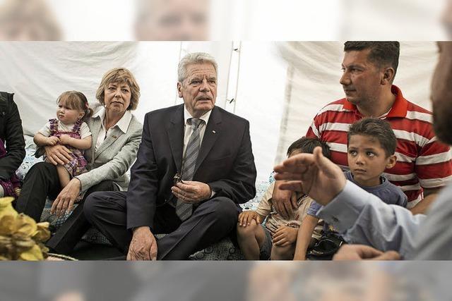 Gauck besucht Flüchtlinge und Soldaten