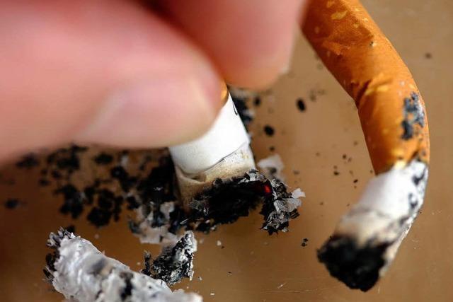 Eine glühende Zigarette im Nacken