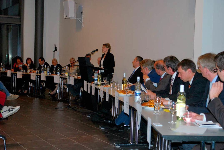 Neben den Landtagsabgeordneten der Reg...betroffenen Gemeinden  auf dem Podium.  | Foto: Benjamin Bohn