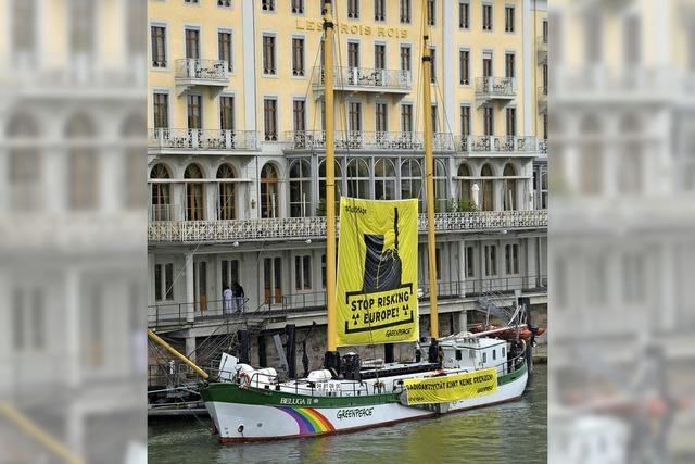 Greenpeace-Schiff macht auf die Gefahren überalterter Atomkraftwerke aufmerksam